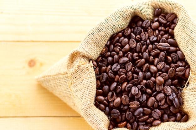 나무 테이블 상단보기에 가방에 커피 씨앗