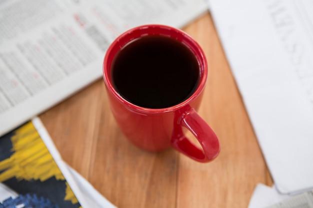 赤いマグカップで提供されるコーヒー