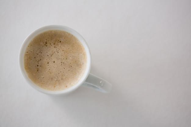 Кофе подается в белой кружке