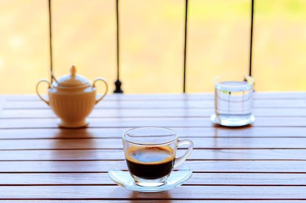 屋外の景色を望むコーヒーセット