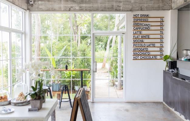飲み物のリストを持つコーヒーショップのインテリア。