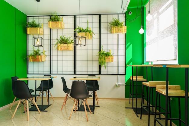 木製のテーブルと椅子のあるコーヒーショップのインテリア