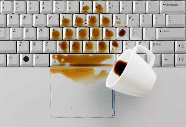 ノートパソコンのキーボードにこぼれたコーヒー