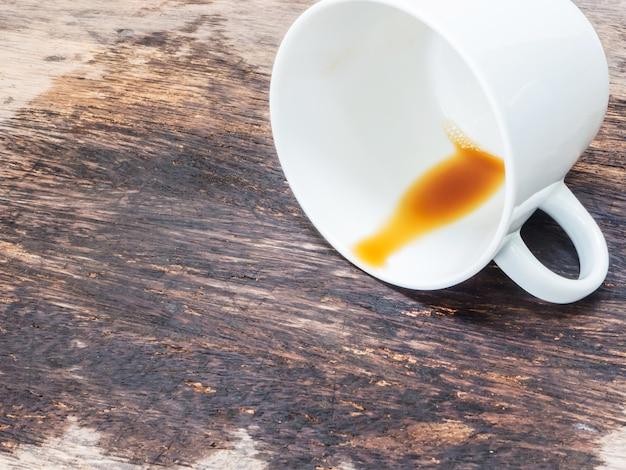 흰색 컵에서 쏟아지는 커피