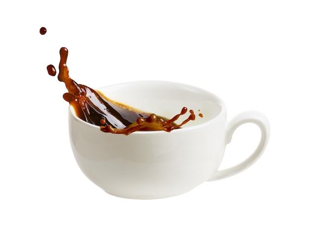 Всплеск кофе из чашки, изолированные на белом фоне