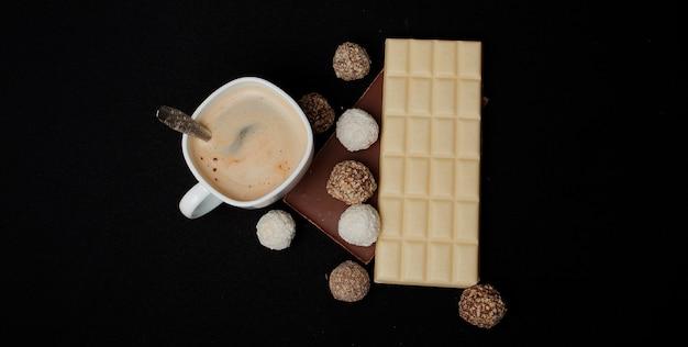 コーヒー、ブラックチョコレートとホワイトチョコレートのスタック。テキストのコピースペースを含む上面図。