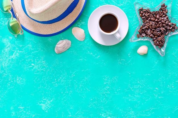 커피 밀짚 모자와 선글라스 탑 뷰 플랫 레이 휴가 및 즐거운 라이프 스타일 컨셉