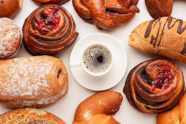 おいしいペストリーに囲まれたコーヒー