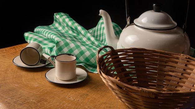 컵, 주전자, 소박한 나무, 낮은 키 초상화, 선택적 초점에 빈 바구니와 커피 테이블.