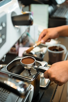 커피 머신에 커피 탬퍼
