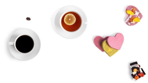 白い背景の上のコーヒー、紅茶、生チョコレート