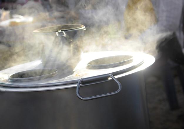 湯沸かし器と煙がぼやけたコーヒー茶漉し。