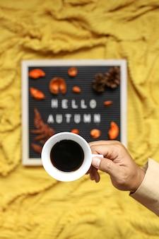 ぼやけた背景と秋の季節のフラットレイコンセプトのコーヒータイム