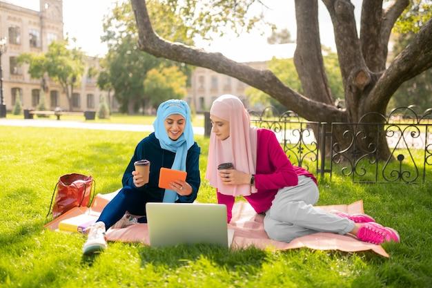 Перерыв на кофе. два мусульманских студента наслаждаются кофе-брейком