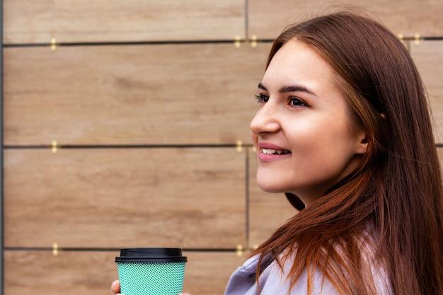 개념 젊은 여성 초상화 이동 커피