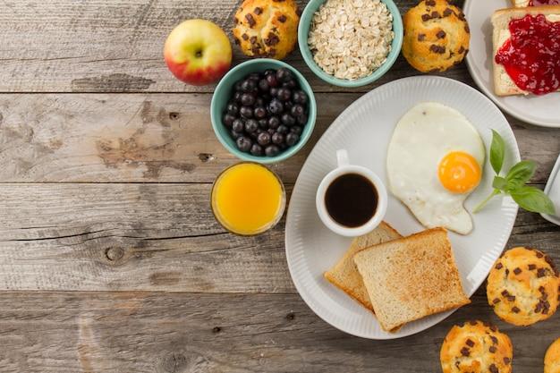 コーヒー、トースト、揚げた卵
