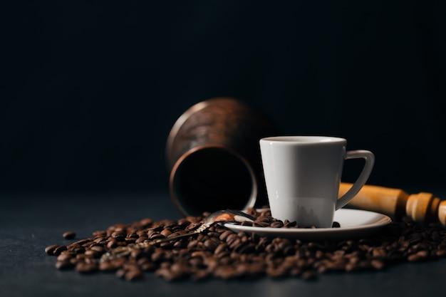 コーヒー。トルコ・コーヒー。アルメニアトルココーヒー。 cezveと一杯のコーヒー。伝統的なコーヒー