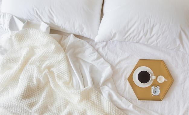 Кофе с часами на подносе в постель