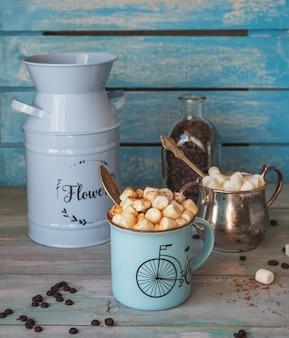 たっぷりのマシュマロスライドとチョコレートのコーヒーフローラルブルーの植木鉢とシュガーボウル