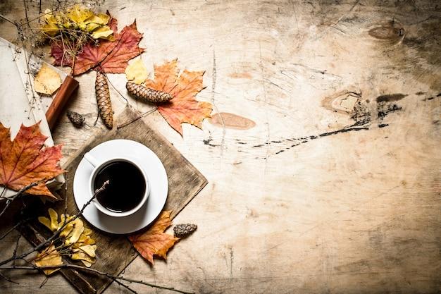古い本と葉のコーヒー