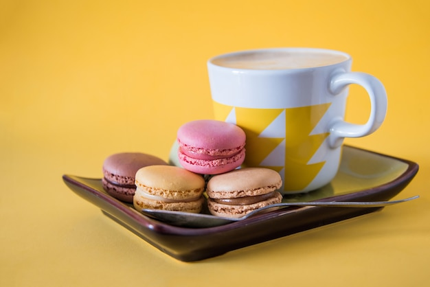 Кофе с печеньем на желтом фоне