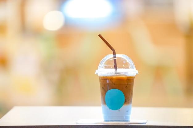 Buttom에 푸른 우유를 넣은 커피