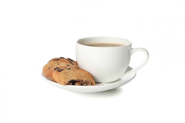 白い背景で隔離のチョコレートチップクッキーとコーヒー