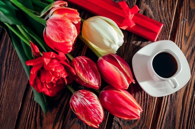 コーヒーと新鮮なチューリップのコーヒー