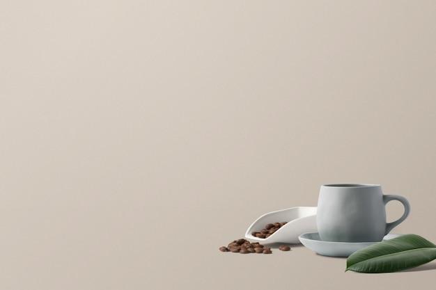 Кофе с кофейными зернами и листьями
