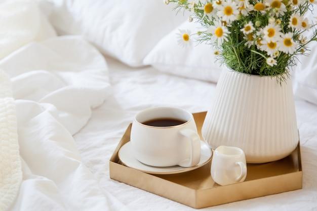 Кофе с цветами на подносе в постель