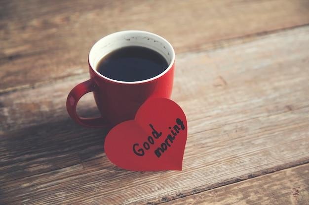 紙のハートにグッドモーニングテキスト付きのコーヒー
