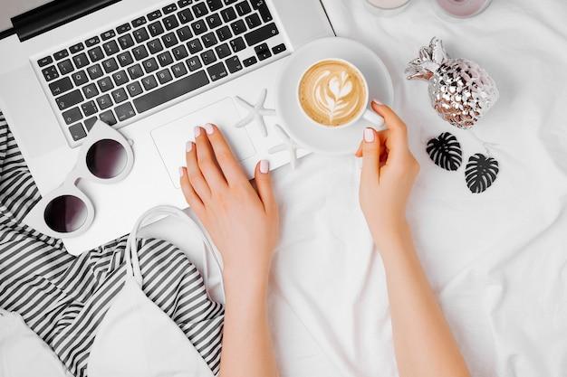 Кофе с зефиром и сахарной кукурузой и блокнот на кровати с теплым пледом. осенний напиток, завтрак в постель. концепция hygge.