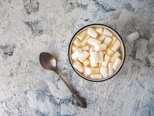 白いマグカップと小さじ1杯のマシュマロとコーヒー