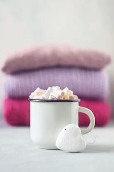 흰색 컵에 마쉬 멜 로우와 커피