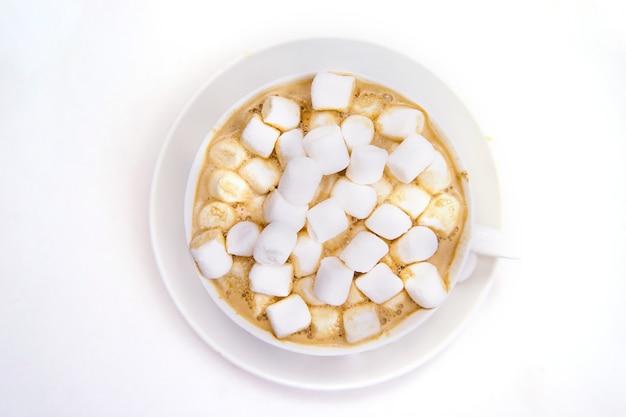 Кофе с зефиром на белом фоне