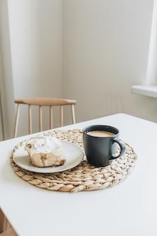 テーブルの上にミルクとデザートとコーヒー