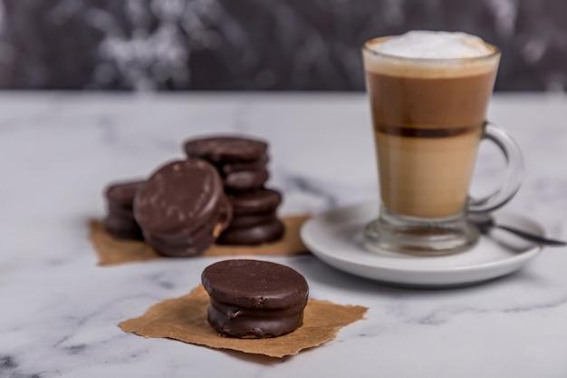 牛乳入りコーヒーとチョコレート菓子入りドゥルセデレッシュアルファヨール