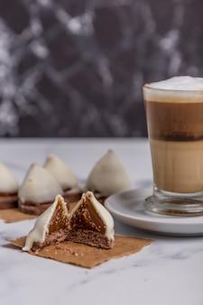 牛乳入りコーヒーと甘いチョコレートコーン付きドゥルセデレッシュコーン