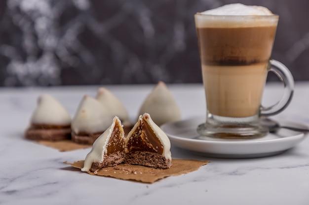 Кофе с молоком и рожками dulce de leche со сладкими шоколадными рожками