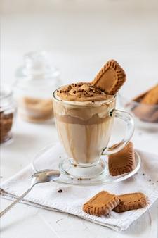 牛乳、チョコレートシロップ、クッキー入りのコーヒー。閉じる
