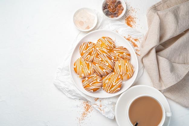 밝은 배경에 우유, 쿠키 및 막대 사탕과 커피.