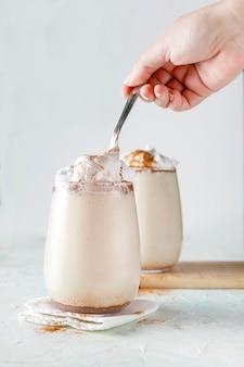 ミルク、クリーム、シナモン入りのコーヒー