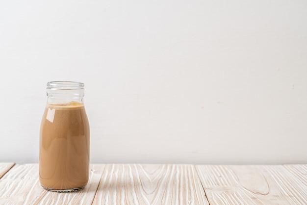 瓶の中の牛乳とコーヒー