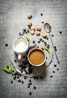 石のスタンドに牛乳とコーヒー。石の背景に。