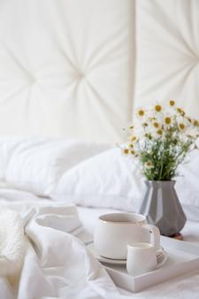 Кофе с молоком на подносе в постель