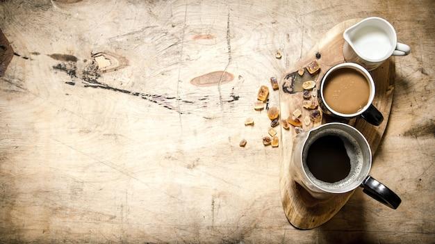 木製のトランクにミルクとコーヒー。