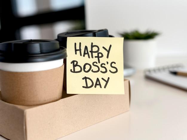 Caffè con messaggio di nota adesiva per il capo