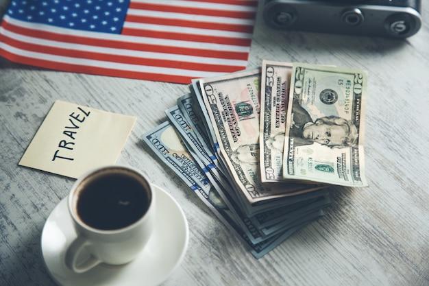 テーブルの上の旅行の概念とコーヒー