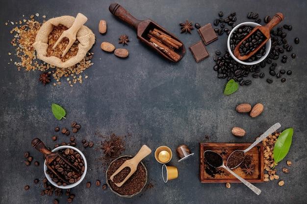 Кофе с различными жареными кофейными зернами и ароматными ингредиентами для приготовления вкусного кофе на темном камне.