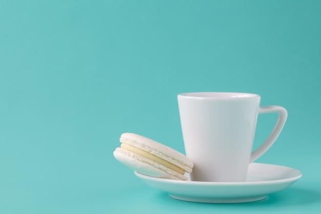 白いマカロンとコーヒー
